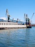 Grúas en un puerto Imagenes de archivo