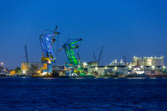 Grúas grandes en el puerto de Amsterdam Fotos de archivo libres de regalías