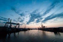 Grúas industriales en terminal del cargo. Foto de archivo libre de regalías