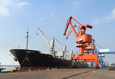 Grúas pesadas en el puerto Fotos de archivo