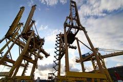 Grúas pesadas en puerto Imagen de archivo libre de regalías