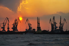 Grúas portuarias en una declinación Fotos de archivo