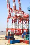 Grúas portuarias y comercio del envase Imagen de archivo