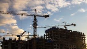 Grúas que trabajan en la construcción de la urbanización en lapsode tiempode la zona del industrialdel formermetrajes