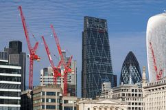 Grúas rojas, ciudad de los rascacielos de Londres Fotografía de archivo