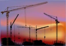 Grúas sobre edificios en la puesta del sol ilustración del vector