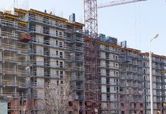 Grúas y edificio industriales de construcción Foto de archivo libre de regalías