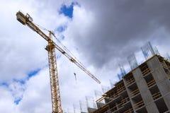 Grúas y edificios de construcción en el cielo nublado del fondo fotografía de archivo