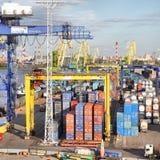 Grúas y envases en el puerto comercial Imágenes de archivo libres de regalías