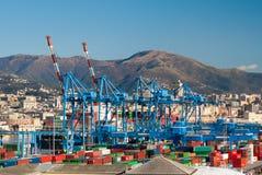 Grúas y envases en el puerto de Génova Fotos de archivo libres de regalías