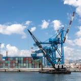 Grúas y envases en el puerto de Génova, Italia Imagen de archivo libre de regalías