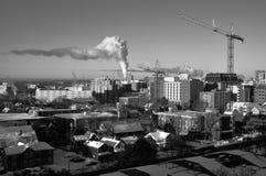 Grúas y humo en una mañana fría Imagenes de archivo