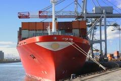 Grúas y nave del envase Foto de archivo