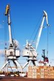 Grúas y nave en el puerto de las máquinas y de los cargadores Foto de archivo