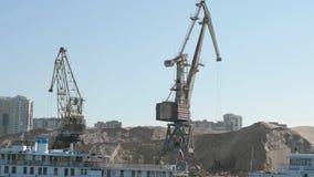 Grúas y naves del puerto cerca almacen de metraje de vídeo
