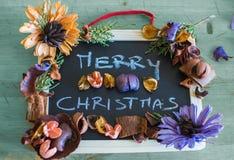Grüße der frohen Weihnachten auf Tafel mit Weihnachten blüht Stockfoto