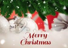 Grüße der frohen Weihnachten mit Flitter- und Kiefernblattdekoration Lizenzfreie Stockfotos