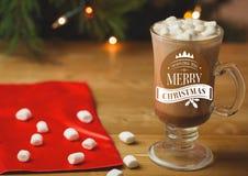 Grüße der frohen Weihnachten mit Kaffee und Eibisch im Glas Lizenzfreies Stockbild