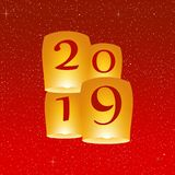 Grüße des neuen Jahres für Jahr 2019 mit hellem rotem Hintergrund mit dem Glühen spielt mit gelben Lichtern und fliegender chines lizenzfreie abbildung