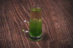 Grün überlagertes Alkoholschusscocktail Lizenzfreies Stockfoto