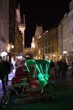 Grün beleuchtete Rikscha Prag Stockfotografie