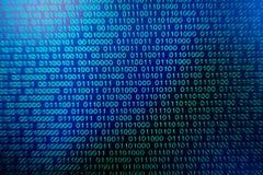 Grün-blaue digitale Farbe des binär Code auf schwarzem Hintergrund Stockbild