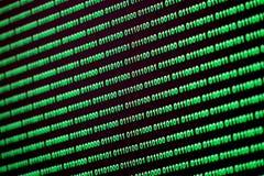 Grün-blaue digitale Farbe des binär Code auf schwarzem Hintergrund Lizenzfreies Stockfoto
