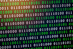 Grün-blaue digitale Farbe des binär Code auf schwarzem Hintergrund lizenzfreie stockfotografie