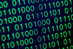 Grün-blaue digitale Farbe des binär Code auf schwarzem Hintergrund Stockfotos