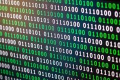 Grün-blaue digitale Farbe des binär Code auf schwarzem Hintergrund lizenzfreies stockbild