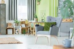 Grün flach mit grauem Lehnsessel Lizenzfreie Stockfotografie