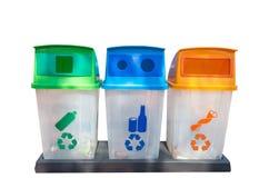 Grün, gelb, Blau und Papierkörbe mit dem Recycling-Symbol lokalisiert auf weißem Hintergrund lizenzfreies stockfoto
