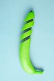 Grün geschnittene Banane auf einem blauen Hintergrund lizenzfreie stockfotos
