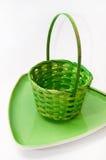 Grün gesponnener Korb und dekorative grüne Platte Lizenzfreie Stockfotos