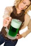 Grün: Hübsche Frau mit grünem Bier für St- Patrick` s Tag Lizenzfreie Stockfotografie