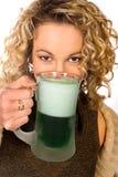 Grün: Hübsche Frau mit grünem Bier für St- Patrick` s Tag Lizenzfreies Stockbild