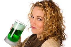 Grün: Hübsche Frau mit grünem Bier für St- Patrick` s Tag Stockfoto