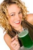 Grün: Hübsche Frau mit grünem Bier für St- Patrick` s Tag Lizenzfreies Stockfoto