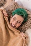 Grün-haariges Frauengefühl nett und glücklich nachdem dem Aufwachen stockbild