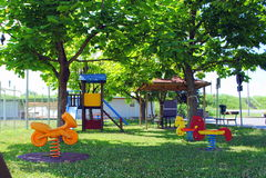 Grün scherzt Spielplatz Lizenzfreie Stockbilder