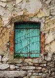 Grün Shuttered Fenster in Postach Stockfotografie