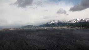 Grün und Schneeberg auf Küstenlinienansicht vom Hubschrauber von Falkland Islands stock footage