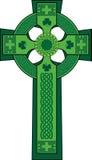 Grün verzierte keltisches Kreuz mit Shamrock Stockfotos