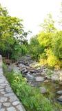Grün-Waldfernerholungsort Kangra Indien ferien der stillen Melodie des Gebirgsstrombaches gurgelnder Himalaja, derdraußen kampier lizenzfreie stockfotografie