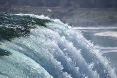 Grün zum blauen Kaskadenwasser bei Niagara Falls Stockfotografie