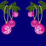 Grün zwei, realistisch, mit den schönen Spielwaren und den Tannenzweigen des neuen Jahres Weihnachtsfichtenzweige Auf einem Blau Lizenzfreie Stockbilder