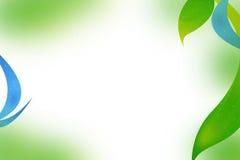 Grünblätter und blauer Wellenzusammenfassungshintergrund Stockfotografie