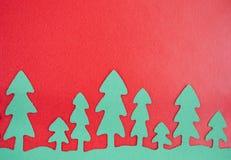 Grünbuch-Bäume mit rotem Hintergrund Lizenzfreies Stockbild
