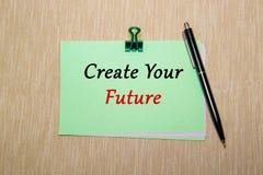 Grünbuch mit der Papierklammer lokalisiert auf gelber Beschaffenheit Schaffen Sie Ihre Zukunft Stockfotografie