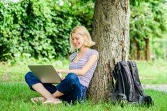 Gründe, warum Sie Ihre Arbeitsaußenseite nehmen sollten Mittagspause entspannen sich oder Kaffeepause Natur ist zum Wohl wesentli stockbild